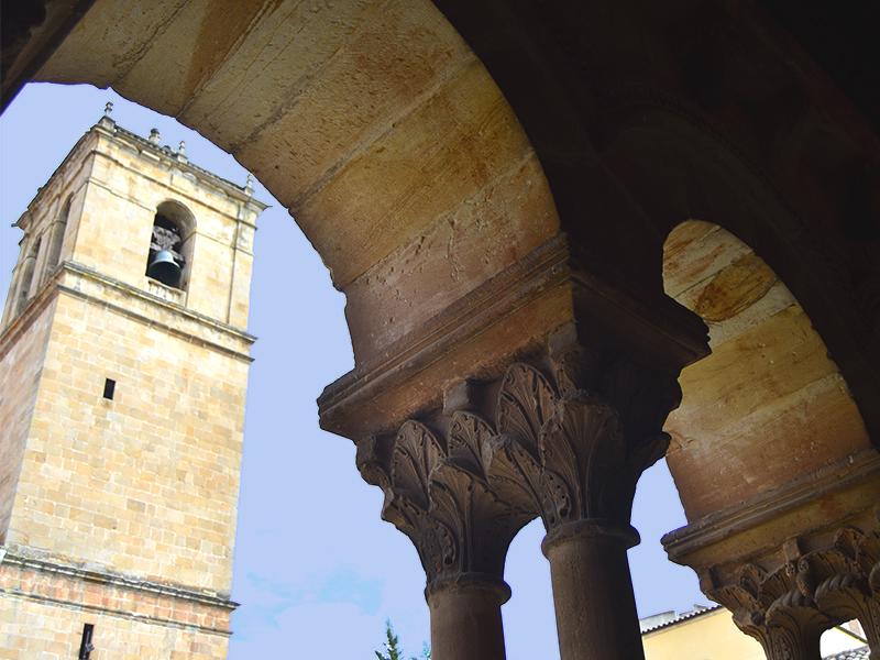 Arcos del claustro y torre de la concatedral