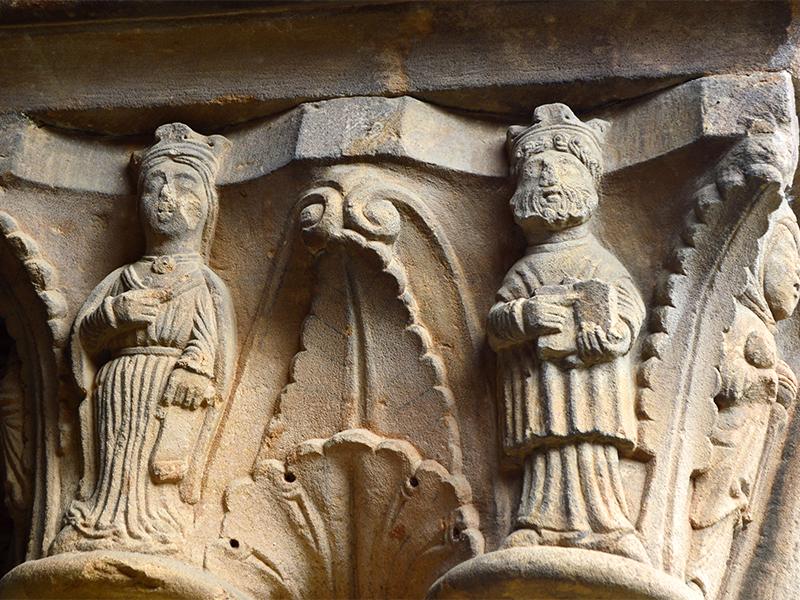 FIguras decorativas de un capitel del Claustro