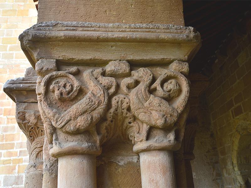 Más figuras decorativas de un capitel del Claustro