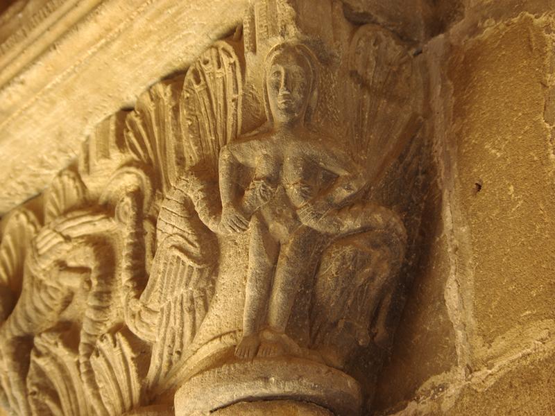 Figuras y simbología en los capiteles del claustro
