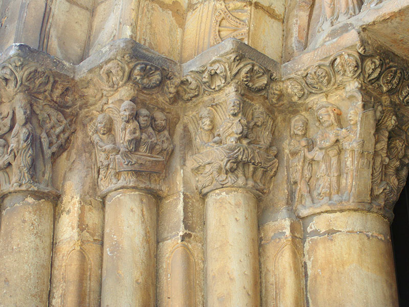 Detalle capiteles entrada a la iglesia