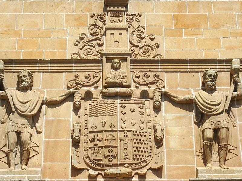 Detalle escudos sobre entrada principal