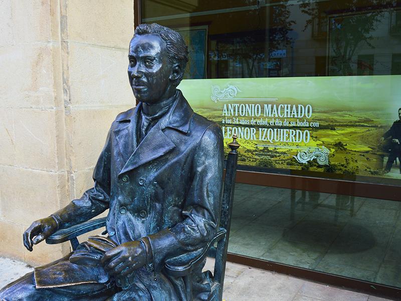 Escultura de A. Machado junto al Instituto Antonio Machado