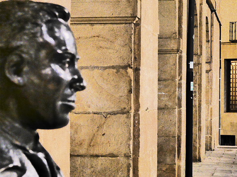 Busto ubicado a la entrada del instituto