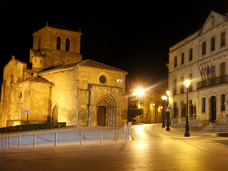 Iluminación nocturna de la iglesia, con el edificio de la diputación a la derecha
