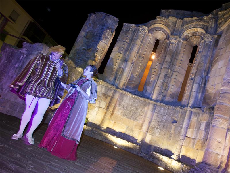 Representación nocturna en las ruinas iglesia de San Nicolás