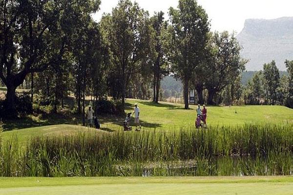 Jugar al golf todo el año en Soria en el campo de golf de Pedrajas