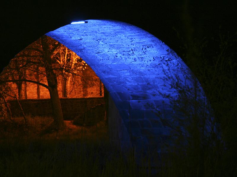 Puente medieval de Soria con iluminación nocturna