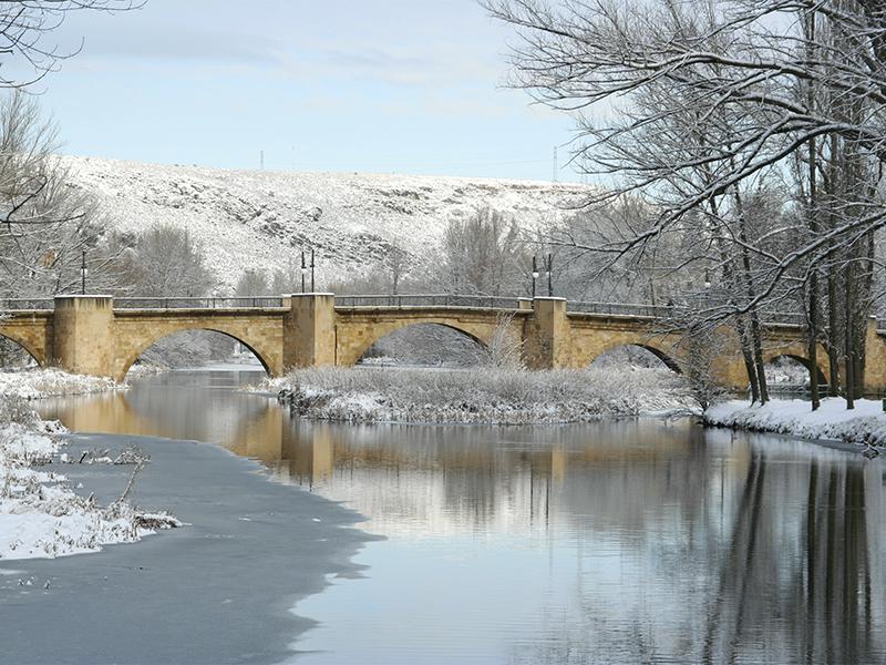 Puente medieval de Soria sobre el rio Duero en invierno