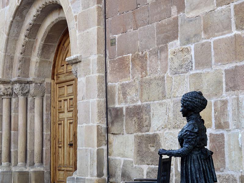 Estatua de Leonor junto a la iglesia de La Mayor