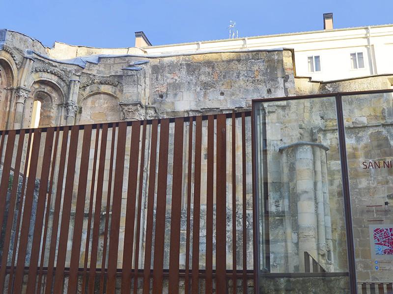 Vallado acristalado ruinas iglesia de San Nicolás