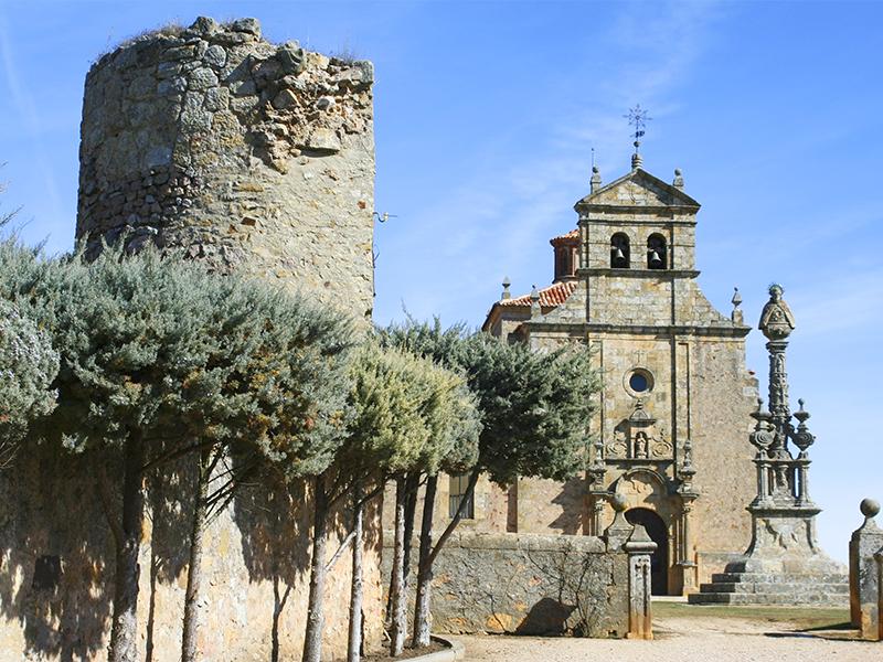 La Ermita y restos de la muralla medieval