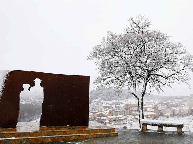 El mirador tras una nevada, con la ciudad al fondo