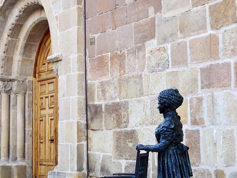 Entrada principal y escultura de Leonor