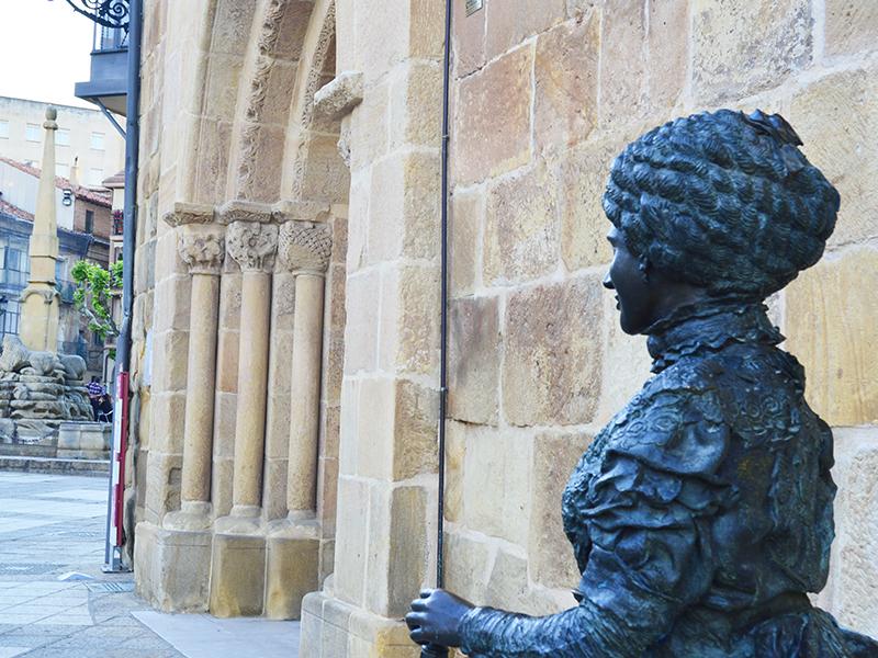 Estatua de Leonor y entrada principal