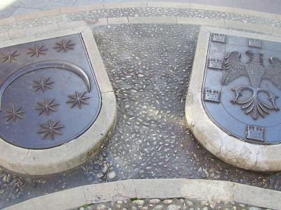 """Suelo plaza de """"La Tarta"""" con los escudos de los Doce Linajes"""