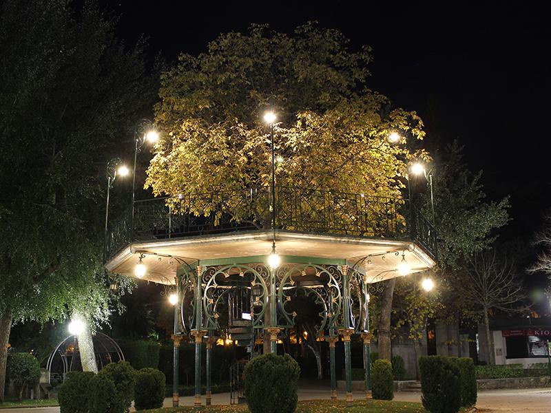 Templete con iluminación nocturna