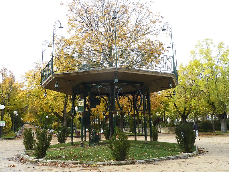 El templeta y el árbol en otoño