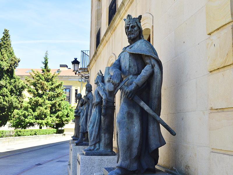 Estauta de Alfonso VIII en la Diputación de Soria