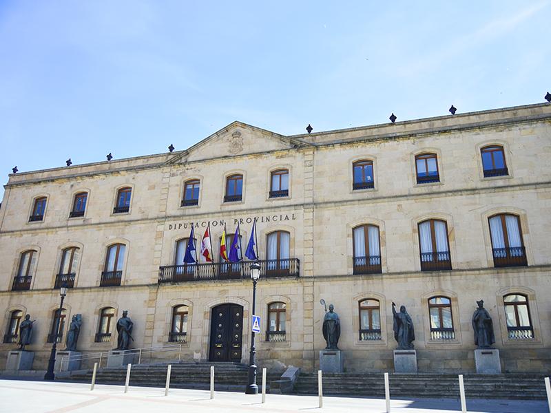 Fachada de la Diputación Provincial de Soria y el conjunto de estatuas a sus pies