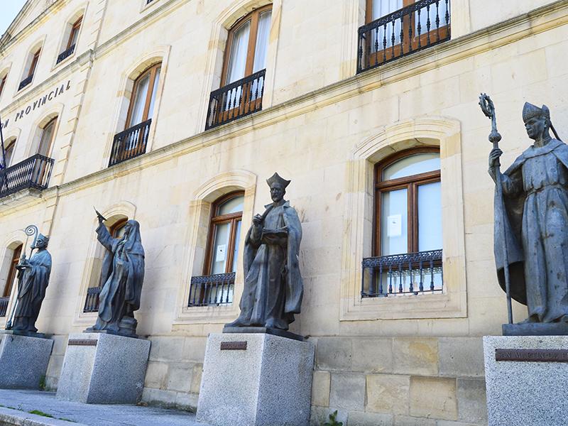 Estatuas en Diputación de Soria