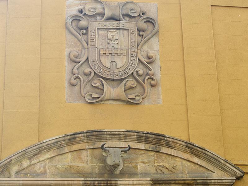 Detalle del escudo sobre la puerta principal
