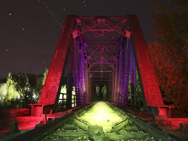 Puente de Hierro con iluminación nocturna cambiante