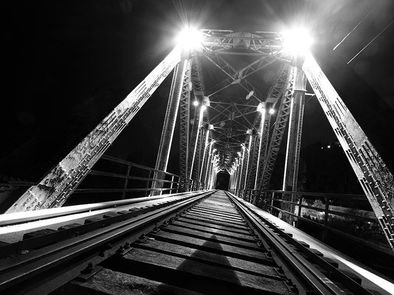 Puente de Hierro durante la noche