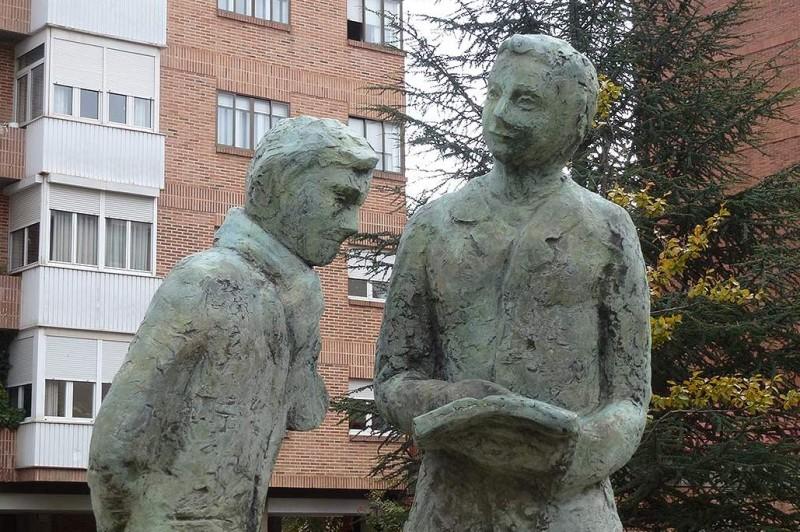 El Ayuntamiento recuerda a Machado y la llegada del tren a Soria con una escultura de Agustín Ruiz en el parque junto a la calle Clara Campoamor