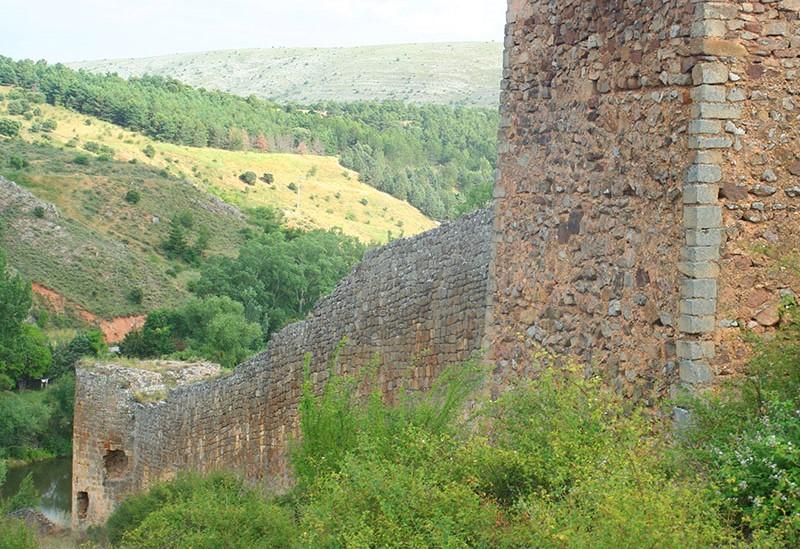 El Ayuntamiento licita dos proyectos para analizar los restos arqueológicos en el Castillo y anuncia la actuación en la muralla por 1,4 millones con fondos propios