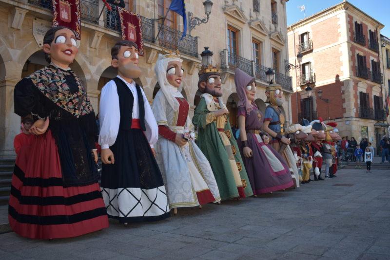 El Ayuntamiento completa la renovación de la comparsa de Gigantes y Cabezudos con los piñorros don Saturio y doña Blanca