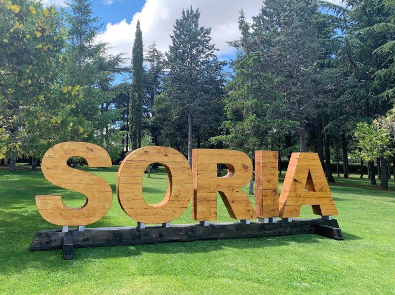 Las letras de madera de pino de Soria llegan a La Dehesa como modelo de la gestión sostenible de los aprovechamientos forestales de la capital