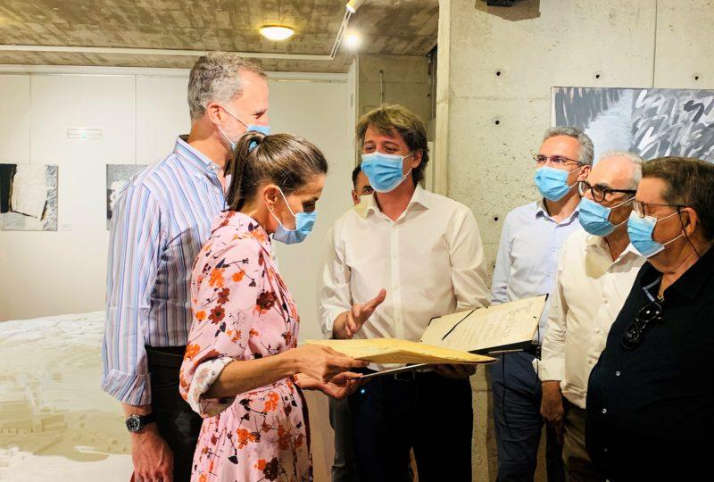 Sus Majestades los Reyes conocen la maqueta conmemorativa de los 900 años de la fundación de Soria y reciben una réplica del 'Privilegio de los Arneses'