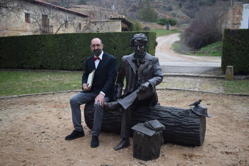 El Ayuntamiento instala una escultura homenaje a Bécquer obra de Ricardo González junto al Monte de las Ánimas